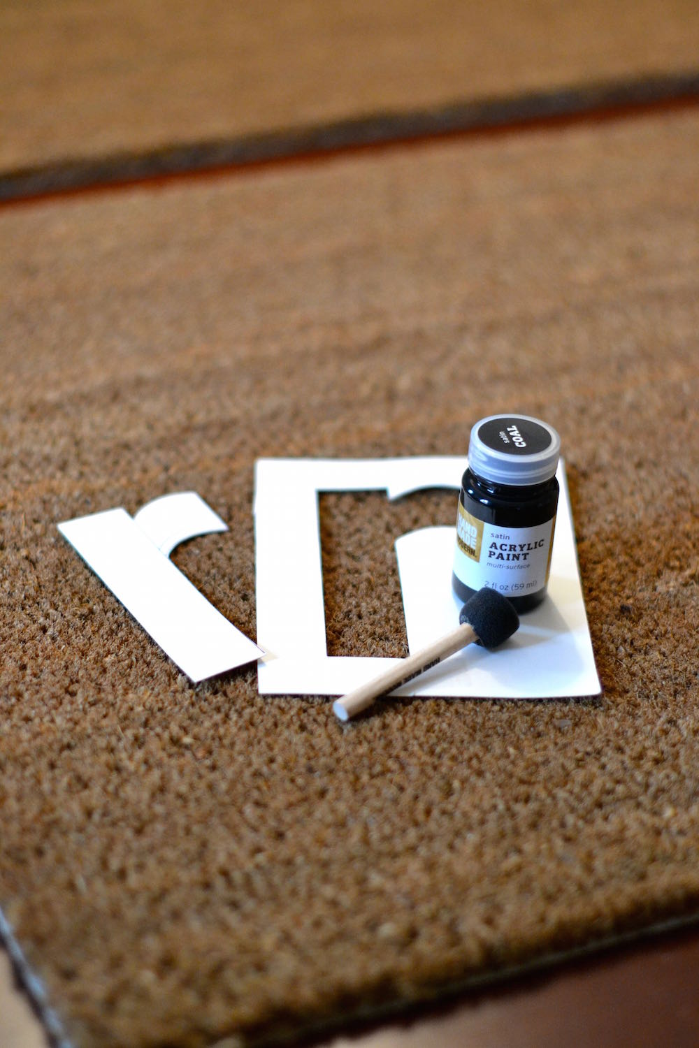 create your own stencil for a personalized initial doormat // lovelyluckylife.com