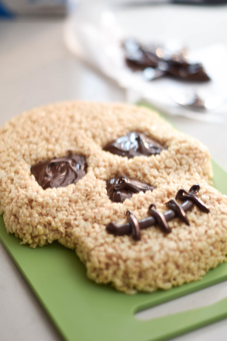 this skeleton rice krispie cake is SO cute for a Halloween party! an easy Halloween dessert