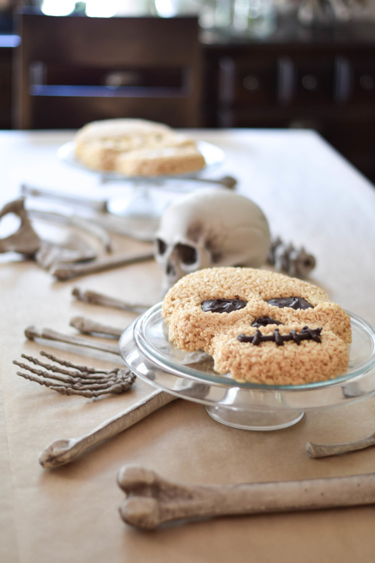 obsessed with the Halloween decor and Halloween decorations on this table - would be SO cute for a Halloween party. the skeleton cakes are my fave!