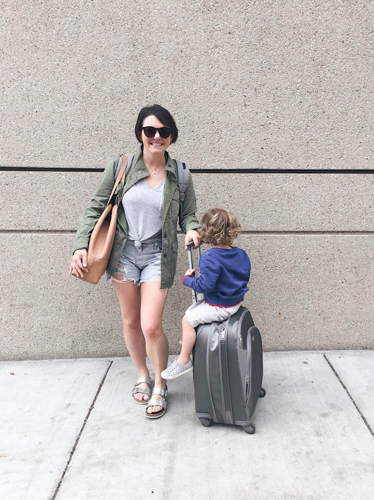 this travel outfit is perfect for a busy mom traveling with kids