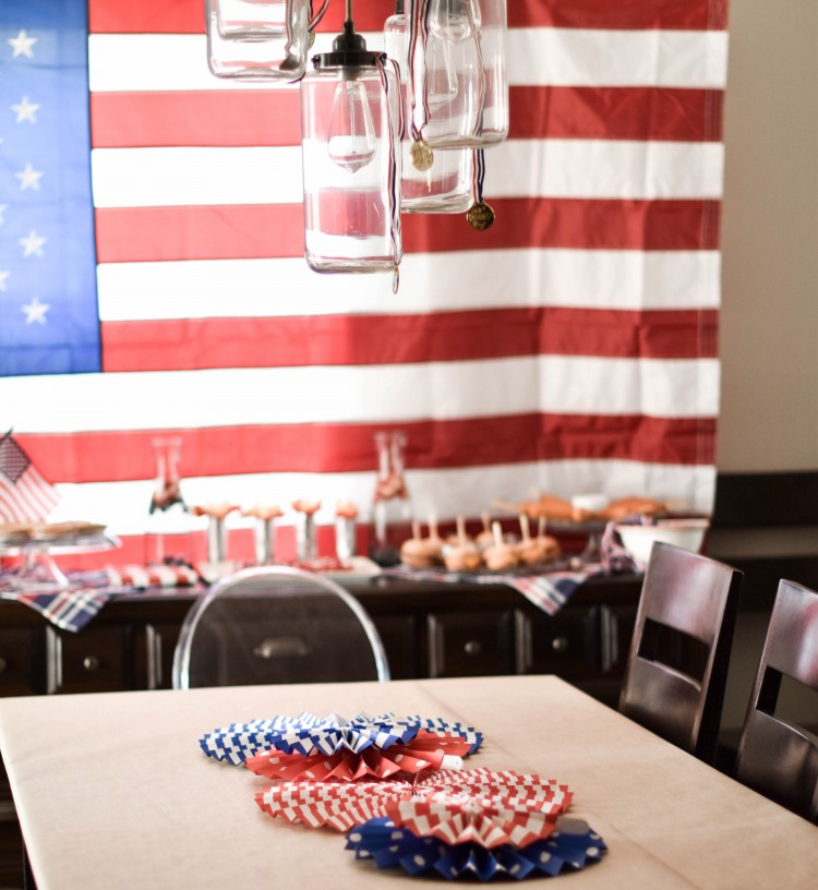 obsessed with these gorgeous red, white & blue decorations for the 4th of July - would also be so cute for a Captain America party, a Team USA Olympics watch party, or a military going away send off