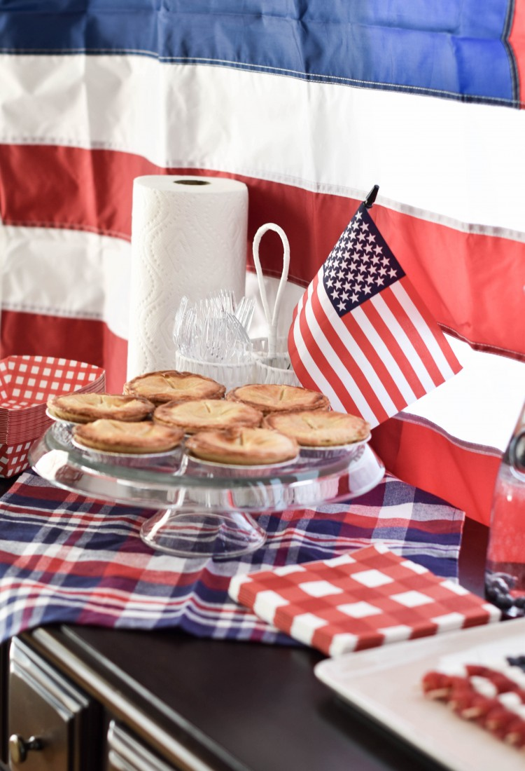 this American tablescape is SO good - mini apple pies and checker picnic paper goods - so good for 4th of July decorations