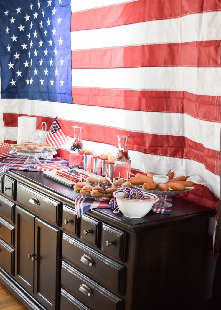this 4th of July party setup is EVERYTHING! love the huge American flag backdrop and all the America decorations
