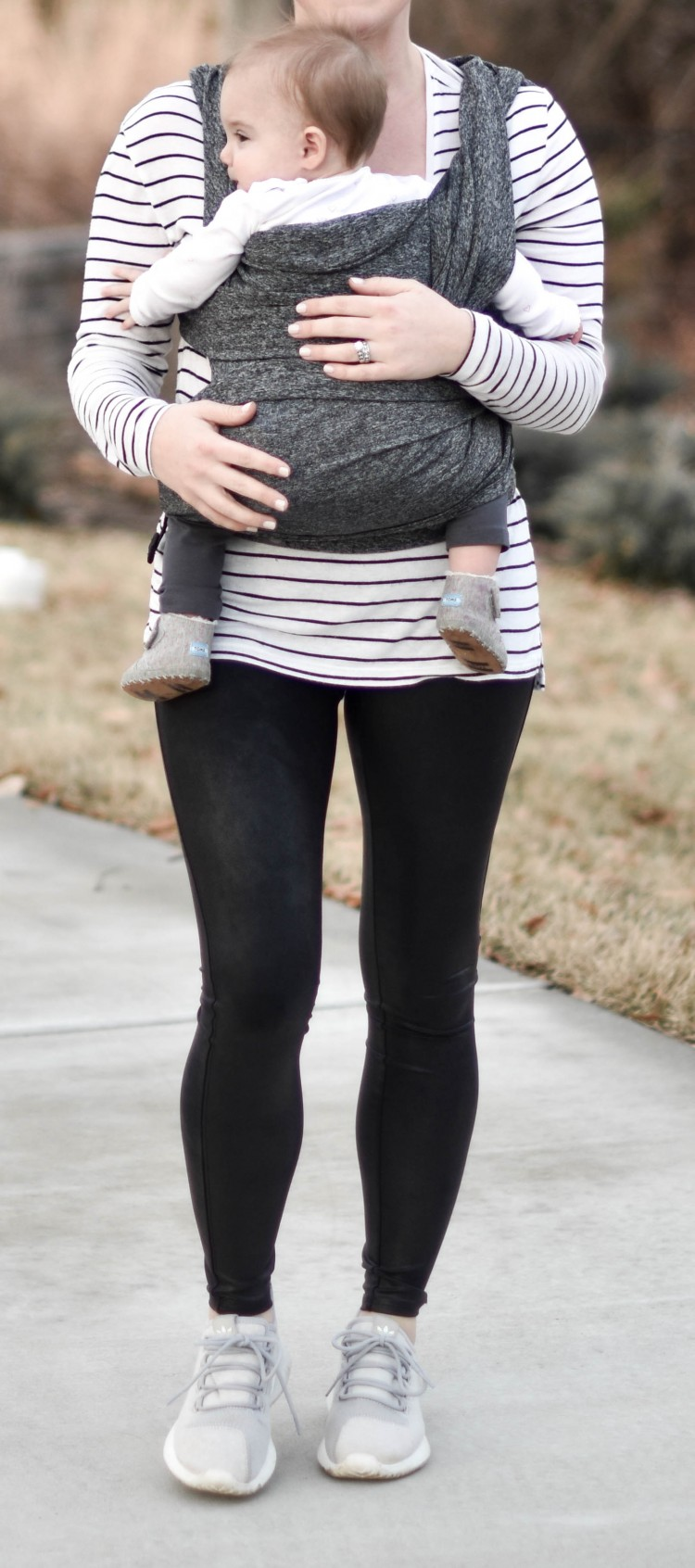 love this black & white outfit for busy moms - grey baby carrier, leggings & a tee - perfect new mom outfit
