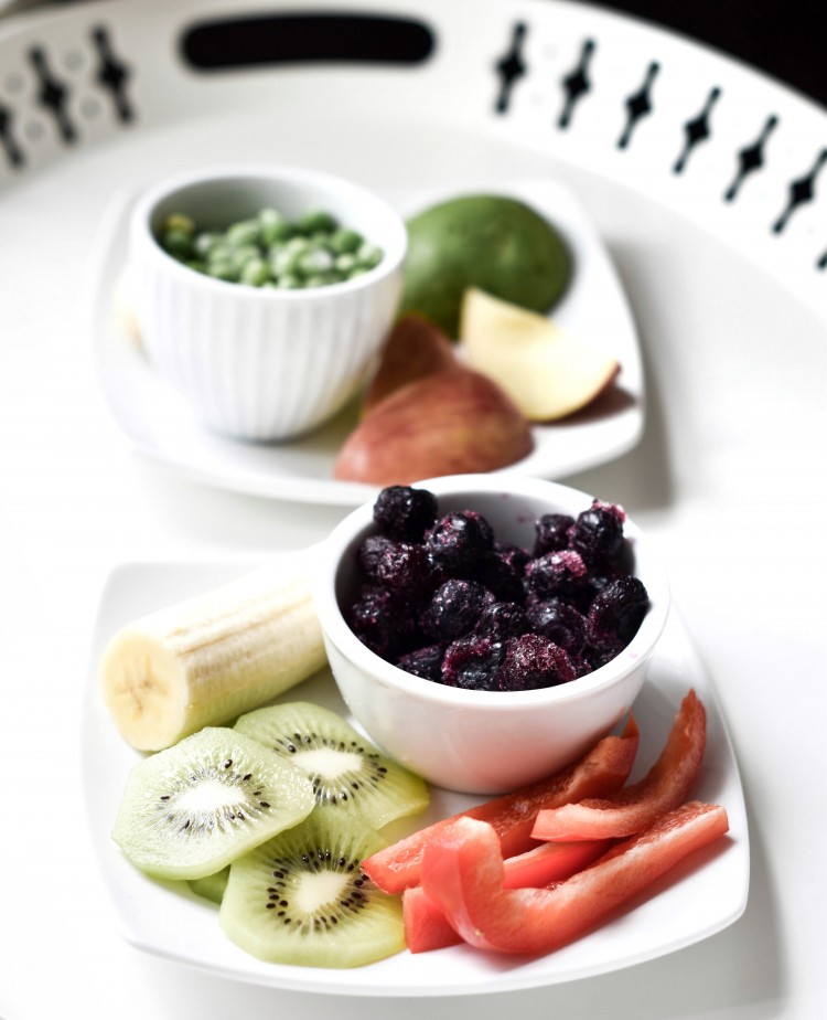 DIY baby food pouch & puree recipes - frozen blueberries, kiwi, banana, red bell pepper and frozen peas, avocado, banana and apple. so healthy and fresh for baby to eat on-the-go