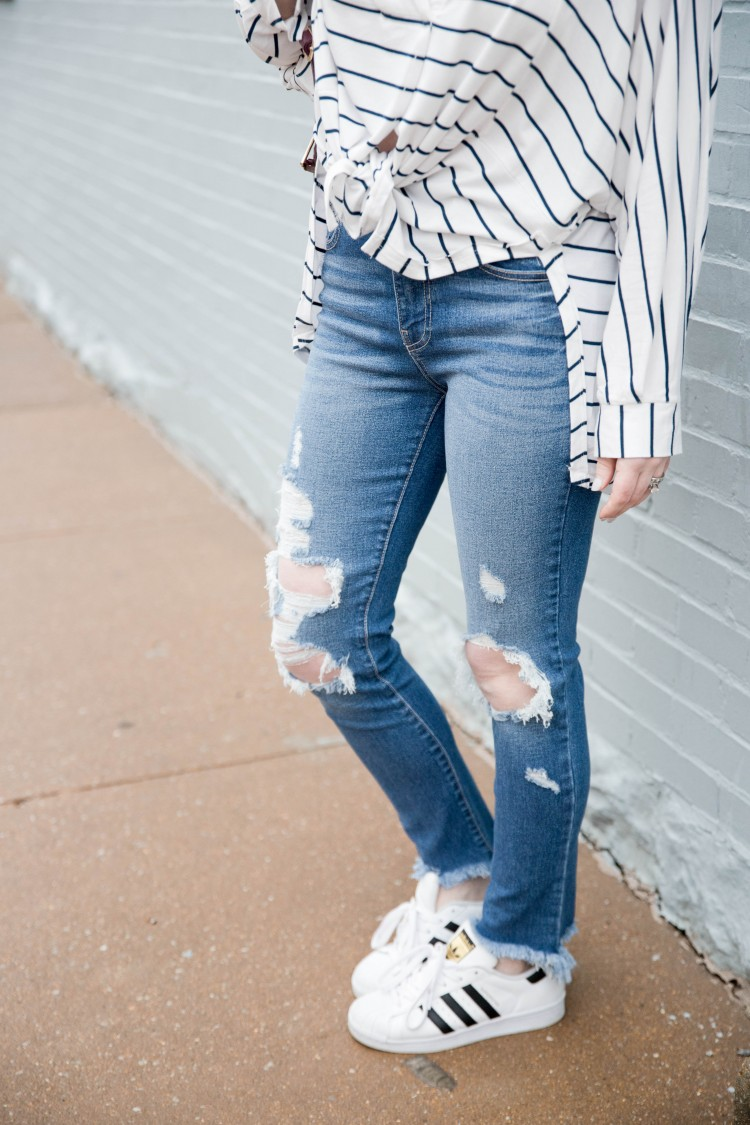 cannot go wrong with this Distressed jeans outfit with sneakers for spring