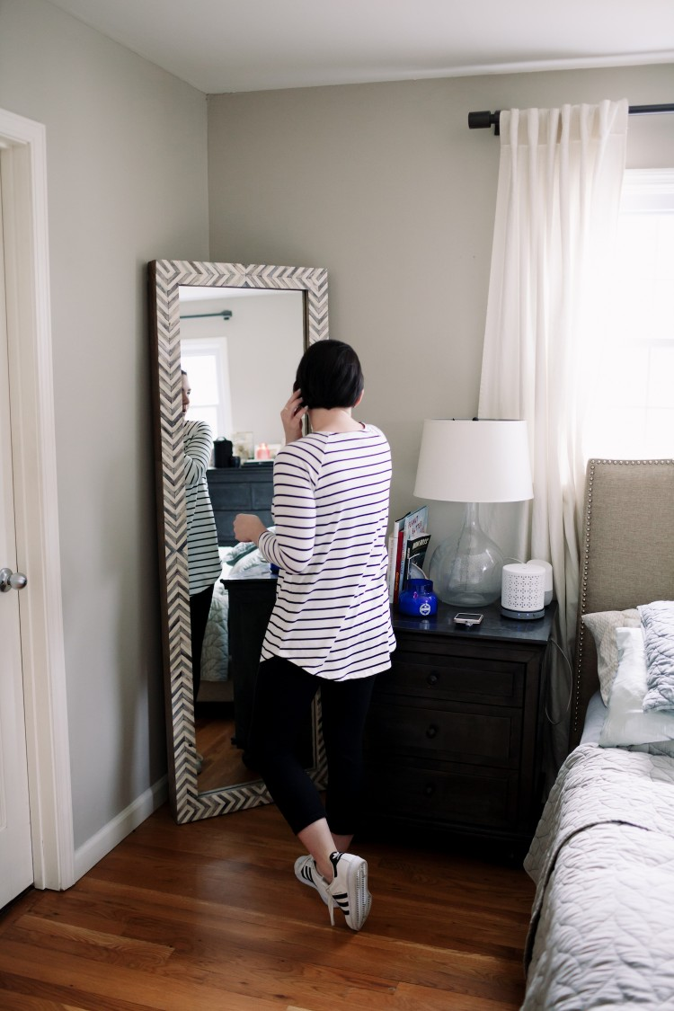 love this striped shirt and leggings outfit for moms