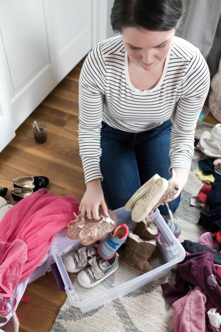 How to downsize and declutter with kids - these are life changing tips on decluttering