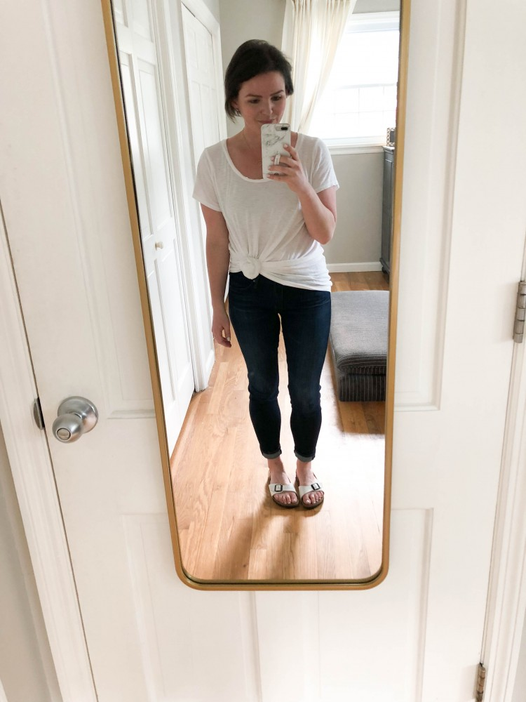 basic mom outfit idea! white tshirt and skinny jeans outfit