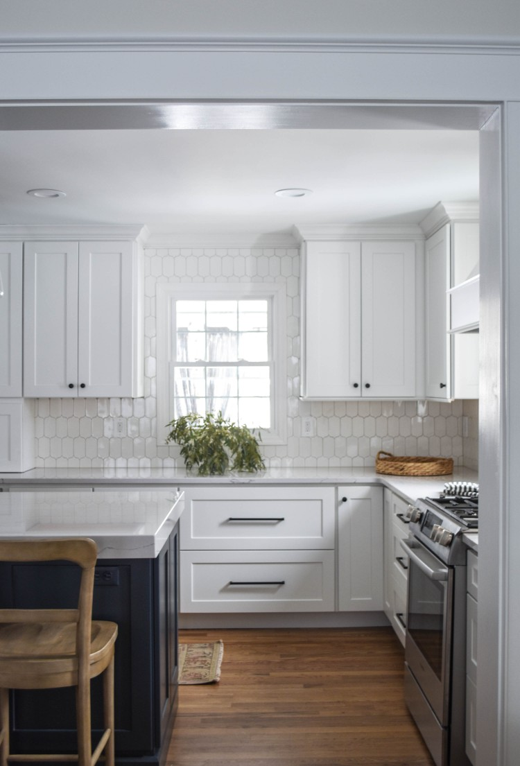 gorgeous white shaker cabinets with black modern hardware